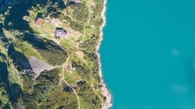Arriba y abajo de la opinión aérea del abejón del lago Barbellino un lago artificial alpino Montañas italianas Italia imagen de archivo libre de regalías