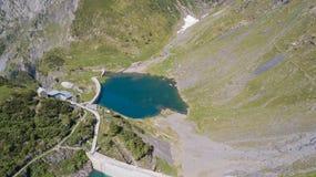 Arriba y abajo de la opinión aérea del abejón del pequeño y baje el lago Barbellino un lago artificial alpino Montañas italianas  imagen de archivo libre de regalías