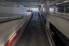 Arriba y abajo de manera en el parking interior, edificio industrial, Fotos de archivo