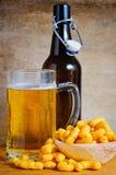 Arricciature dell'arachide e della birra immagine stock libera da diritti