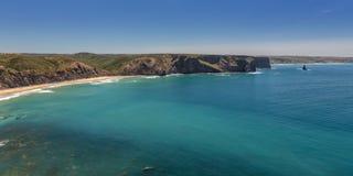 Arrifana令人愉快的海滩,冲浪的在葡萄牙 免版税图库摄影