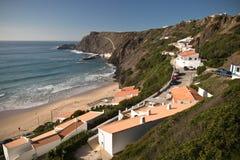 Arrifana plaża z wynajem domami na atlantyckiej linii brzegowej Zdjęcie Stock
