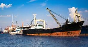 Arrimage rouillé de bateau sur le port Photographie stock libre de droits