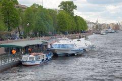 Arrivé du météore de Peterhof approche le pilier au remblai d'Amirauté St Petersburg Photographie stock