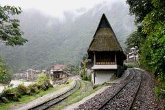 Arrivée aux Aguas Calientes dans les Andes péruviens photos libres de droits