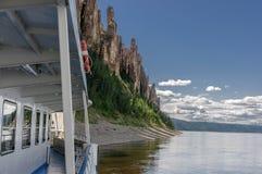 Arrivée d'un bateau de touristes à Lena Pillars Park Photographie stock libre de droits