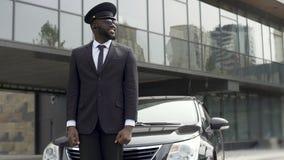Arrivée de attente de client de chauffeur de taxi d'aéroport, service de transfert à l'hôtel de luxe clips vidéos