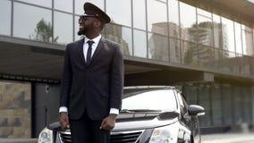 Arrivée de attente de client de chauffeur de taxi d'aéroport, service de transfert à l'hôtel de luxe photo stock