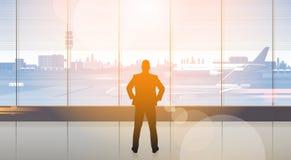 Arrivée de attente d'homme de silhouette dans l'aéroport Hall Departure Terminal Interior Check dedans Image libre de droits