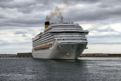 Arrivée de bateau de croisière moderne Costa Magica au port d'Alicante photos stock