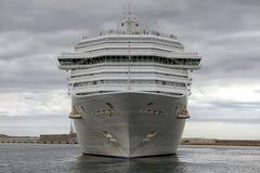 Arrivée de bateau de croisière moderne Costa Magica au port d'Alicante Images stock