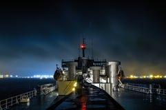 Arrivée de nuit au port images stock