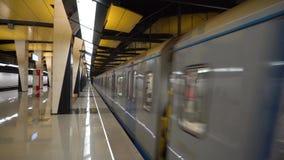 Arrivée de train à la station de métro 4K banque de vidéos