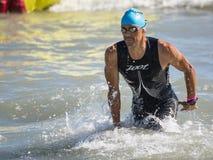 Arrivée des premiers athlètes à l'extrémité de l'essai de natation chez Ironman 70 3 dans Pescara photos libres de droits