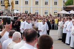Arrivée du corps de St Leopold Mandic dans la cathédrale de Zagreb Images libres de droits