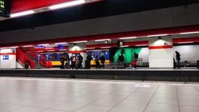 Arrivée du train au lieu du débarquement de personnes banque de vidéos