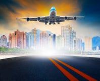 Arrivée et approche d'avion de passagers pour débarquer à l'aéroport de ville Images stock