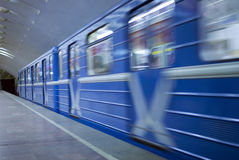 Arrivée souterraine de train photographie stock libre de droits