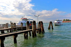 Arrivée un canot automobile pendant le matin Venise, Italie Image stock