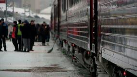 Arriv?e d'un train ? la gare ferroviaire de Kirov banque de vidéos