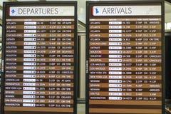 Arrivalss και πίνακας αναχωρήσεων στο διεθνή αερολιμένα του Louis Armstrong Νέα Ορλεάνη - ΝΕΑ ΟΡΛΕΆΝΗ, ΛΟΥΙΖΙΑΝΑ - 18 Απριλίου Στοκ Εικόνα