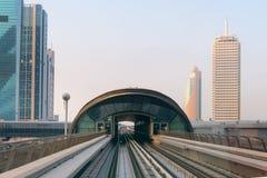 Arrivando ad una stazione di transito metropolitana nel Dubai dalla ferrovia Immagine Stock