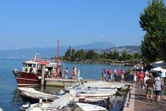 Arrivando in barca a Bardolino sulla polizia Italia del lago Immagini Stock