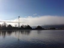Arrivar a fiumie della nebbia Fotografia Stock