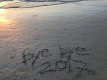 Arrivederci - anno 2017 di arrivederci sulla spiaggia quando tramonto Fotografia Stock