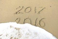 Arrivederci 2016 ciao 2017 iscrizione scritta nella sabbia della spiaggia Immagini Stock Libere da Diritti