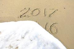 Arrivederci 2016 ciao 2017 iscrizione scritta nella sabbia della spiaggia Fotografie Stock Libere da Diritti