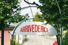 Arrivederci of vaarwel teken in Italiaans in landelijk Zwitserland stock afbeeldingen