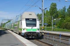 Arriveson пассажирского поезда на железнодорожном вокзале на солнечный день в июне Hameenlinna, Финляндия Стоковое Фото