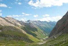 Arrivi ad elevata altitudine ed osservi il panorama fotografie stock libere da diritti