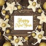 Arrivi, coni, sfere dell'oro Nuovo Year& x27; struttura di s Fotografia Stock