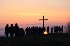 Arriving at the Cross for Dawn Communion, Easter. People arriving at the Cross on the Amenity Area in Pilling, Lancashire, England for the traditional Easter stock image
