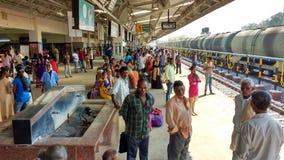 Arrivo aspettante del treno della gente sulla stazione indiana Immagine Stock