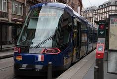 Arrivo blu del tram a Strasburgo fotografie stock libere da diritti