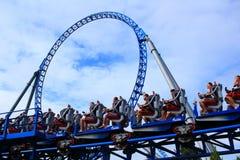 Arrivo blu delle montagne russe del fuoco Fotografia Stock