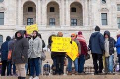 Arrivo degli studenti dell'orologio dei dimostranti a raduno Immagine Stock