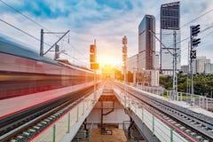 Arrivo del treno ad alta velocità Immagini Stock