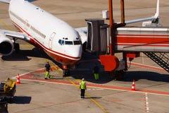 Arrivo dell'aeroplano Fotografie Stock Libere da Diritti