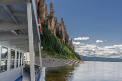 Arrivo di una barca turistica a Lena Pillars Park Fotografia Stock Libera da Diritti