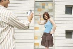 Arrivo di Videoing delle coppie a nuova casa Immagine Stock