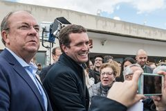 Arrivo e saluti dal capo di Pablo Casado del partito popolare conservatore a Caceres, Spagna immagini stock