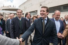 Arrivo e saluti dal capo di Pablo Casado del partito popolare conservatore a Caceres, Spagna fotografia stock