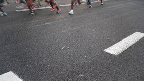 Arrivo maratona di inizio con i corridori dei coriandoli video d archivio