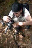 Arrodillamiento del fotógrafo Fotografía de archivo