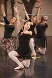 Arrodillamiento del grupo del ballet Fotos de archivo libres de regalías