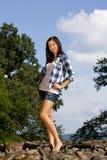 arrogant brunettflicka som ser tonårs- Royaltyfri Bild